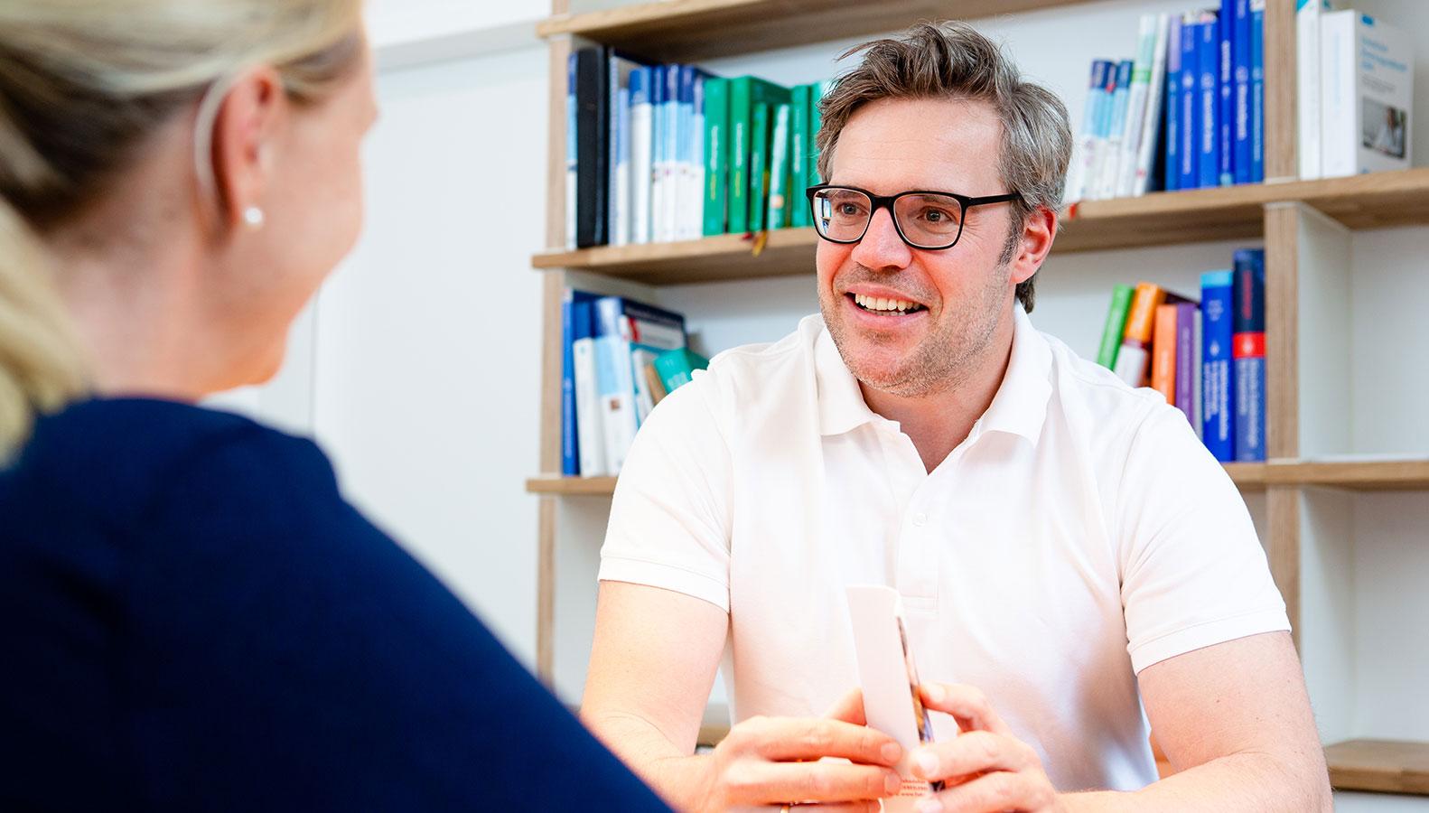 Dr.Moritz Kanzow im Gespräch mit einer Patientin